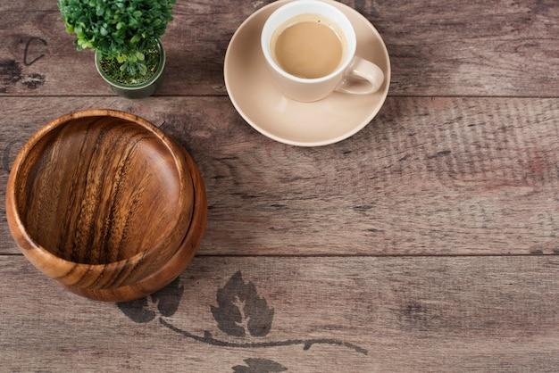 Café expresso, bonsaï et bols de bambou sur table en bois