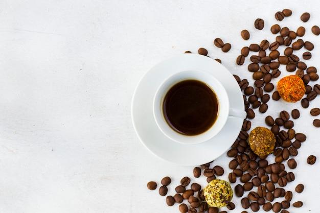 Café expresso et boules de truffes sur l'assiette, café et dessert