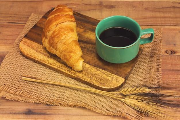 Café expresso et croissant frais
