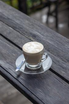Café expresso sur fond de nature table en bois dans le jardin