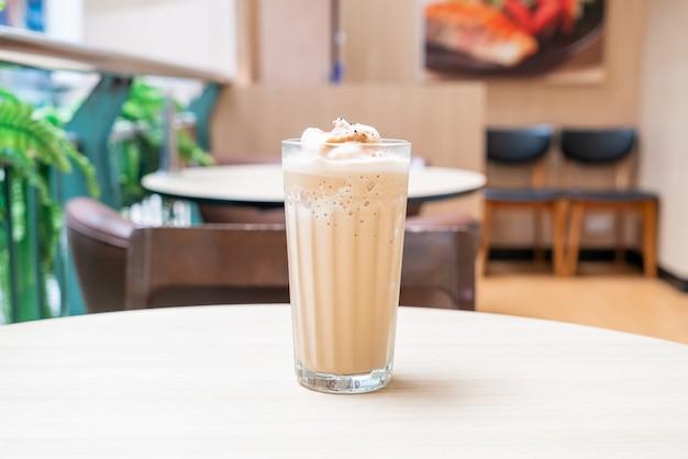 Café expresso mélangé sur table dans un café café et restaurant
