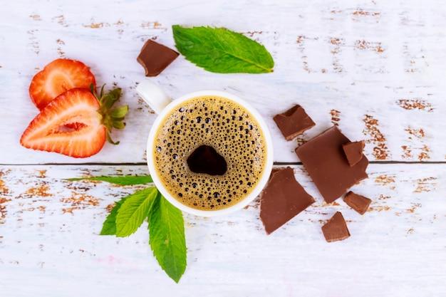 Café expresso avec des morceaux de mousse, de menthe et de chocolat