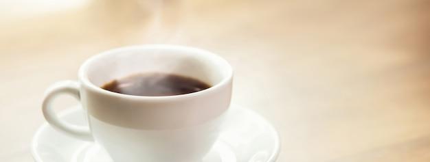 Café expresso noir chaud dans la tasse