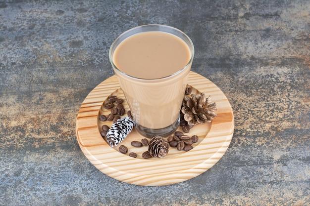 Café expresso avec pommes de pin sur planche de bois. photo de haute qualité