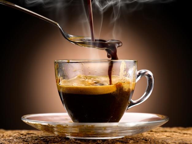 Café expresso versé dans une tasse en verre
