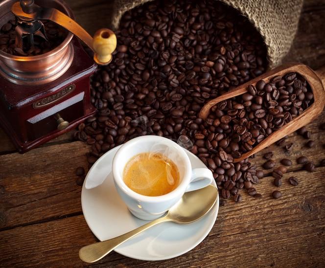 café expresso avec vieux moulin à café