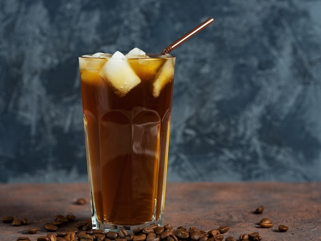 Café fait maison froid avec de la glace pilée dans un verre