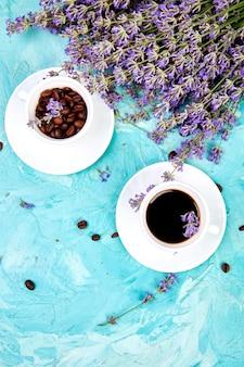 Café et fleur de lavande sur fond bleu d'en haut.