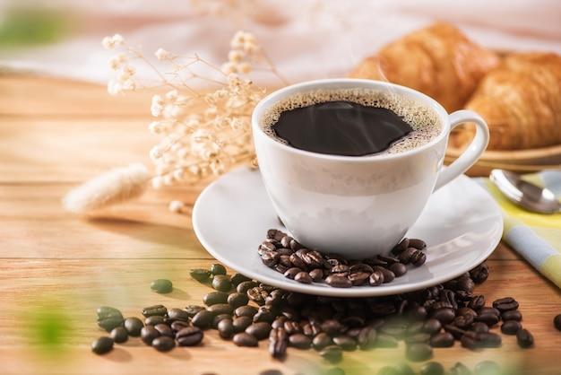 Café et fleur pour le petit déjeuner avec la lumière du soleil du matin