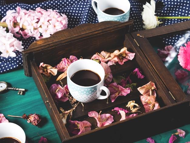 Café et fleurs dans le noir