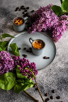 Café et fleurs lilas
