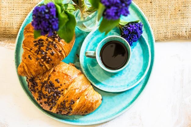 Café et fleurs printanières