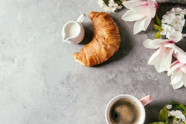Café avec des fleurs de printemps