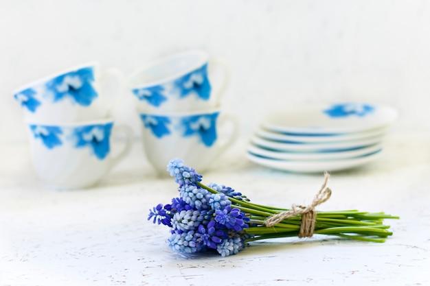 Café sur fond blanc et fleurs. printemps. matin. 8 mars. journée de la femme