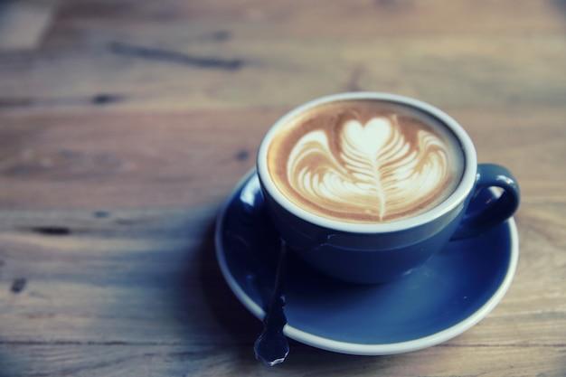Café sur fond de bois dans un style vintage
