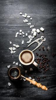 Café fraîchement moulu avec du sucre cristallisé.