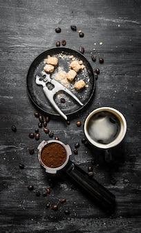 Café frais . cafetière et sucre de canne noir.