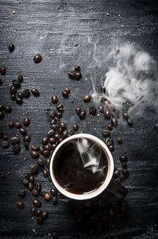 Café frais et grains torréfiés.