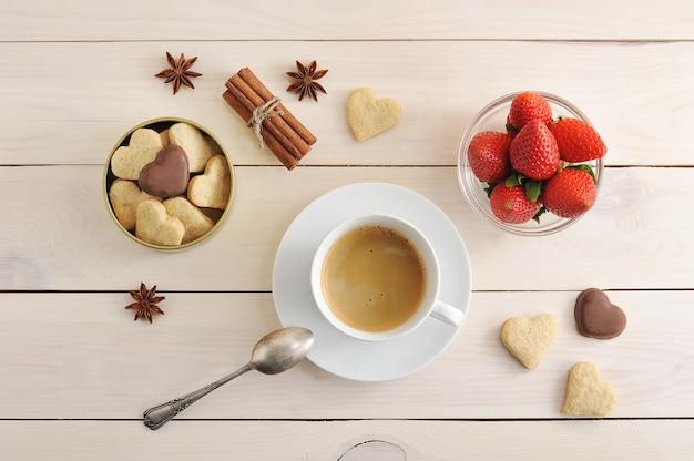 Café, fraises et biscuits à la cannelle