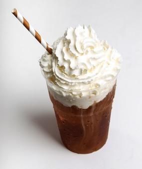 Café frappe sur blanc