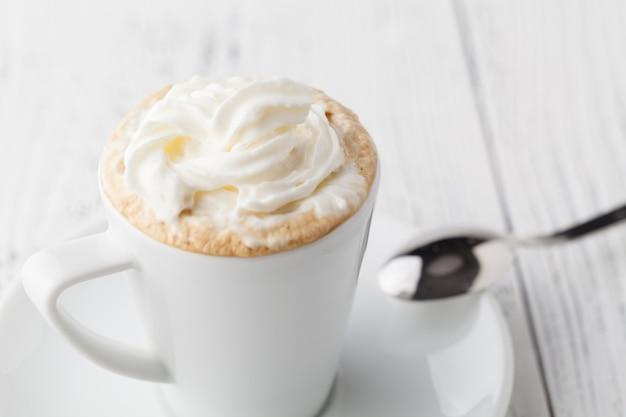 Café frappe à la crème glacée et au fouet avec garniture au chocolat close up