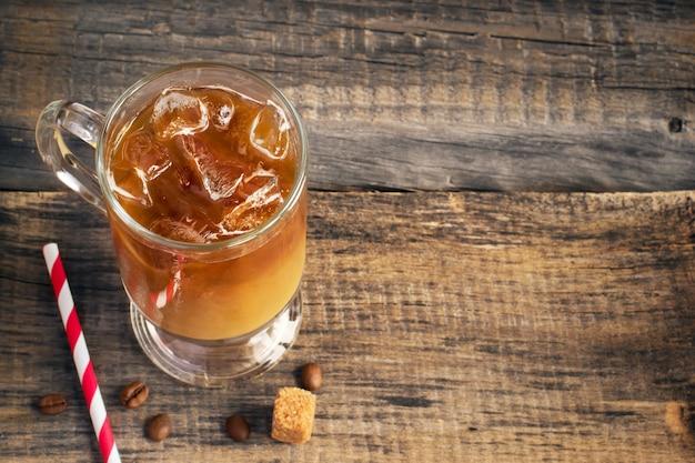 Café froid boire dans un verre, espace de copie