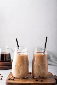 Café froid avec du lait dans de petites bouteilles libre