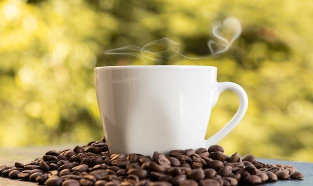 Café avec fumée en forme de coeur