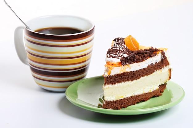 Café et gâteau sur blanc