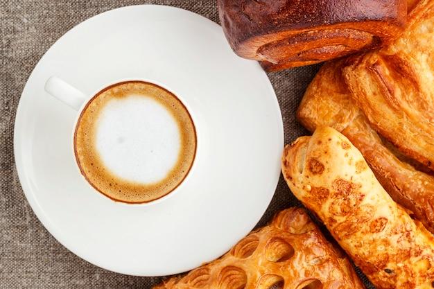 Café et gâteaux alléchants.