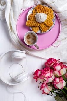 Café avec des gaufres et des roses. saint valentin ou le 8 mars