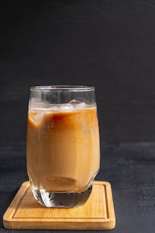 Café glacé au lait dans un verre ou cappuccino glacé.