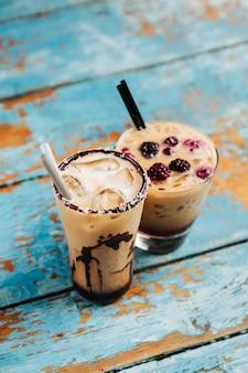 Café glacé au lait, sirop de chocolat. boissons fraîches d'été.