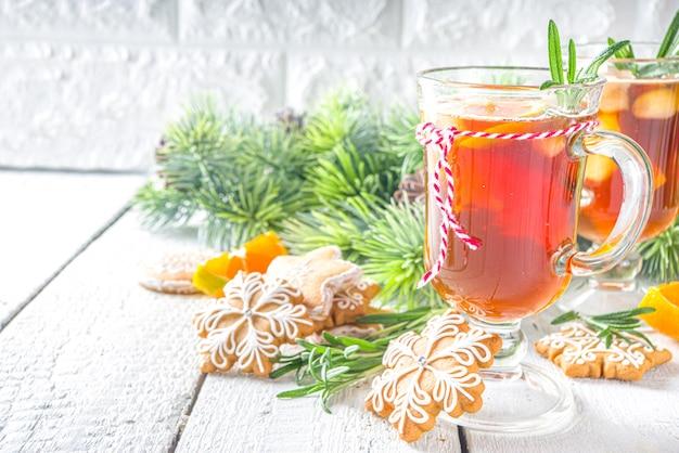 Café glacé au romarin. boisson au café expresso froid, shakerato au café avec tranches de citron ou d'orange et romarin