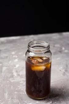 Café glacé boire dans un verre