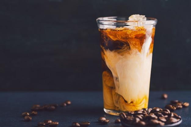 Café glacé à la crème dans un grand verre