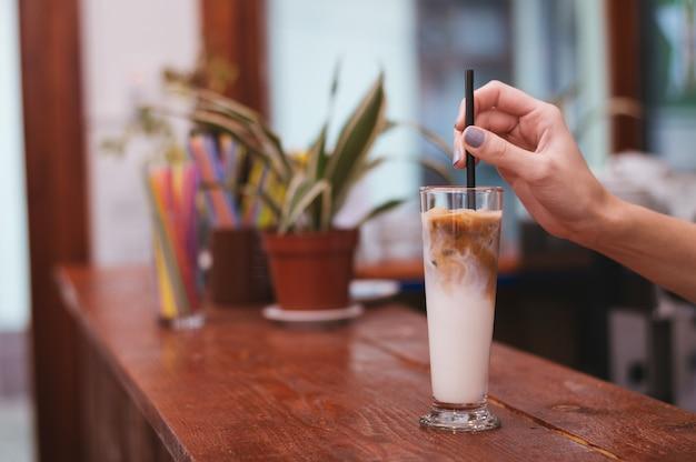 Café glacé dans un grand verre avec de la crème coulée