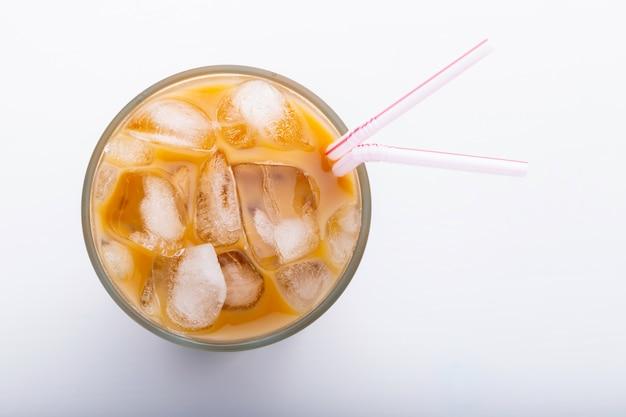 Café glacé dans un grand verre avec de la crème.