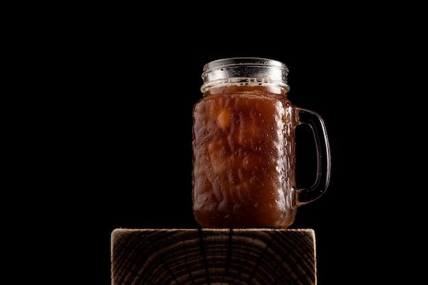 Café glacé dans un grand verre avec une poignée.