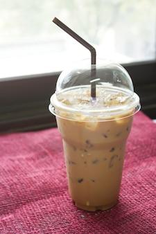 Café glacé dans une tasse en plastique. fond de nourriture et de boisson.