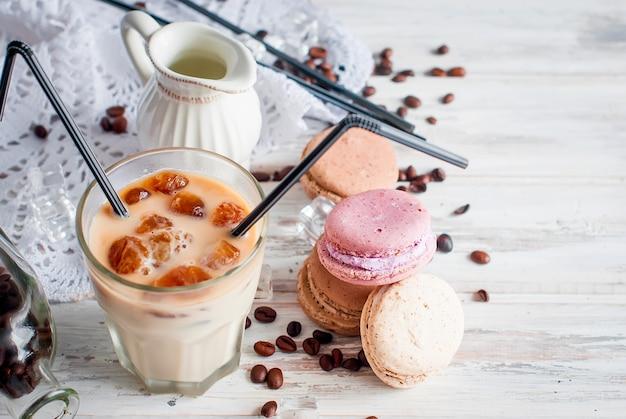 Café glacé dans un verre avec glace, chocolat