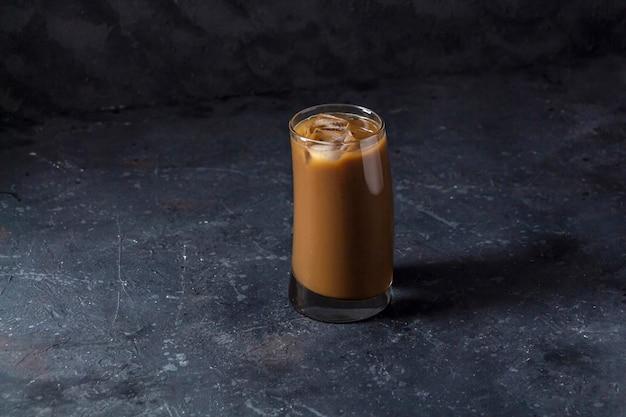 Café glacé frappé dans un grand verre