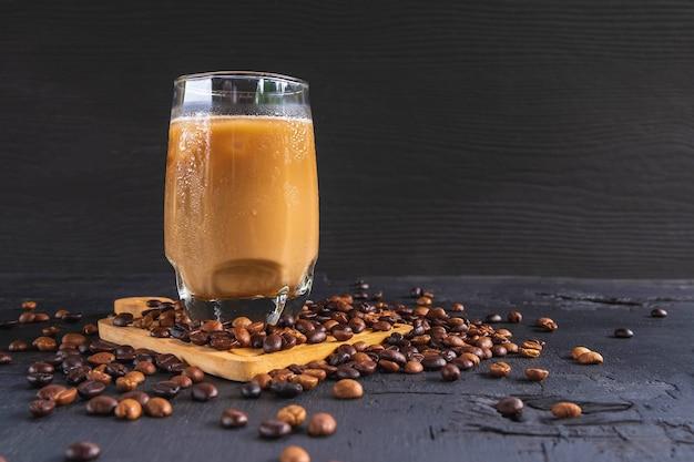Café glacé et grains de café