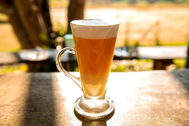 Café glacé à la lumière du matin, quand il fait beau, frais au travail