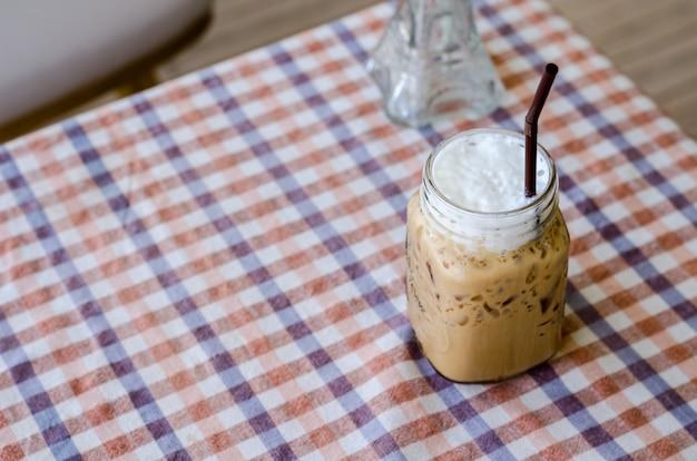 Café glacé sur la nappe