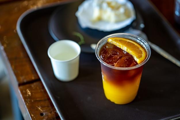 Café glacé à l'orange americano à table