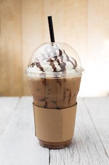 Café glacé avec de la paille dans une tasse en plastique