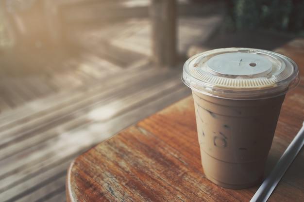 Café glacé placé sur une table en bois