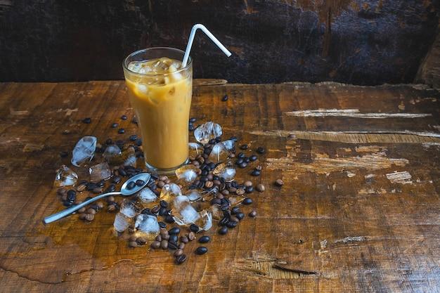 Café glacé sur une table en bois