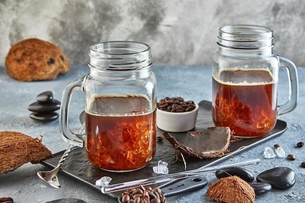 Café glacé thaï au lait de coco avec glace pilée dans un pot mason